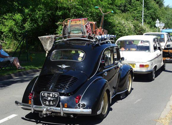 Brocante et voitures anciennes à Douy