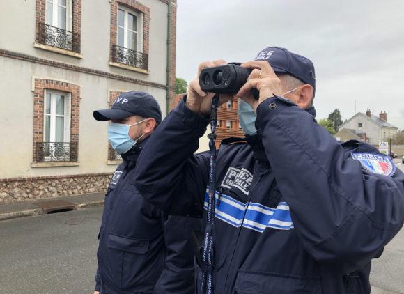 La Police Municipale équipée de jumelles de contrôle de vitesse